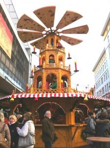 Немецкое Рождество , рождественская пирамидка на ярмарке
